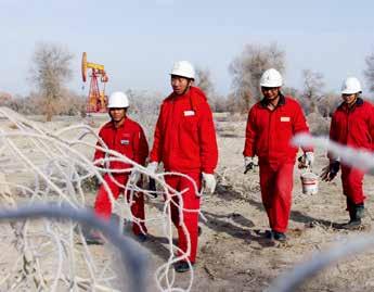 李福宝(左一)是西北油田塔河采油一厂采油三队的